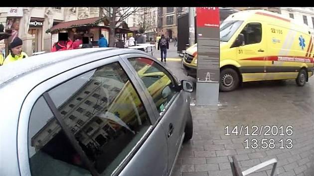 Mezi stánky na náměstí Svobody vjel ve středu zmatený řidič auta a naboural do informační tabule před obchodním domem Omega.