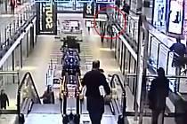 Muž skočil před policisty z galerie nákupního centra a zranil se.
