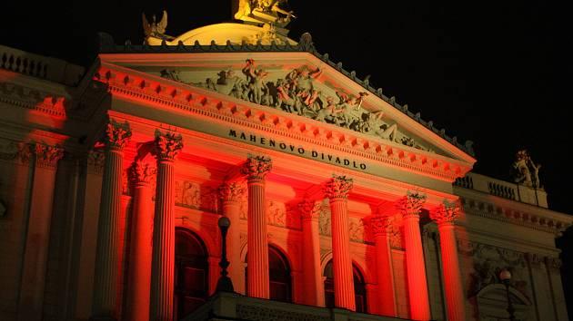 Divadla v Brně ve středu večer svítila rudě. Připomněla osoby pronásledovené za jejich víru.