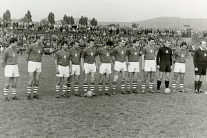 Československý národní tým (Josef Masopust na snímku první zleva) zdolal při slavném přípravném souboji v roce 1961 Kuřim 3:2.