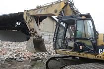 Výstavba velkého městského okruhu je o malý krok blíž. Dělníci se pustili do bourání židenických kasáren.
