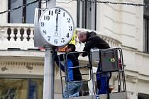 Na náměstí Svobody v Brně instalovali technici nové klasické veřejné hodiny s číselníkem.