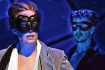 Nové pojetí dlouho nejdéle uváděného muzikálu v historii londýnského West Endu i newyorské Broadwaye zaujme hlavně kolektivním výkonem herců v takřka nepřetržitém proudu tanečních čísel a výborným hudebním nastudováním.