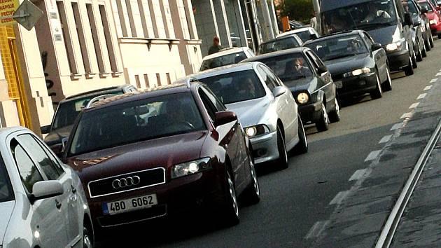 Nahromaděná auta na Vídeňské ulici.