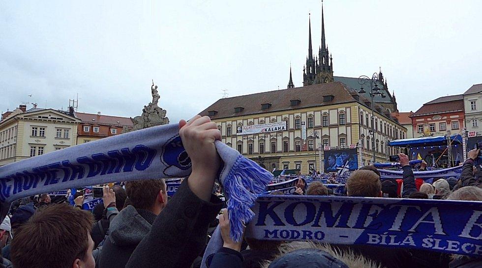 Modrobílé mistrovské oslavy v Brně na Zelném trhu.