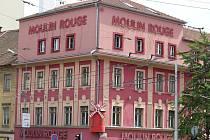 Místo známého erotického podniku Moulin Rouge má být na rohu Slovákovy a Kounicovy ulice v Brně nový polyfunkční dům.