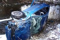 V Ořechově spadlo auto do potoka.