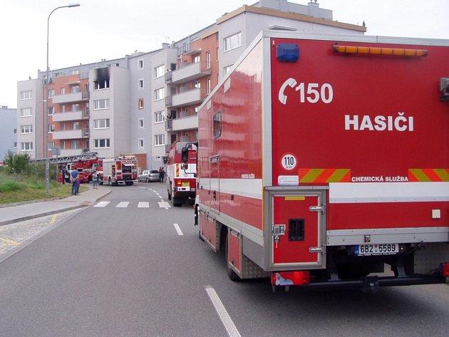 Na sídlišti Kamechy vyhořel byt ve čtvrtém patře.