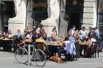 V neděli odpoledne - v poslední den stavu nouze kvůli koronaviru - se brněnské zahrádky před restauracemi, kavárnami a hospodami zaplnily v letním počasí lidmi.