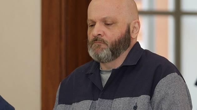 Víc než osmatřicet milionů měl z lidí podvodem vylákat Marek Beneš. Na snímku z loňského roku u Krajského soudu v Brně.