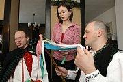 Kroj, pomlázka a moravské písničky na rtech. Tak trávili Velikonoční pondělí muži v Moravských Knínicích. Ženy se na jejich návštěvu připravovaly od soboty.