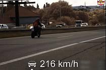 O více než sto kilometrů překročili v pondělí rychlost dva motorkáři v Ostravské ulici v Brně.