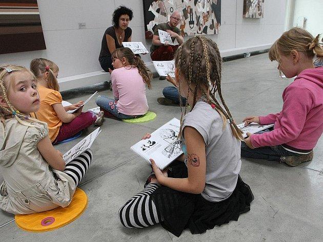 Pomocí lepidla a papíru si děti ve výtvarném ateliéru vytvoří vlastní létající balon.