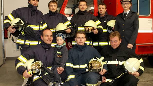 Část Sboru dobrovolných hasičů z Únanova. Vlevo dole a starosta sboru Lukáš Tomášek.