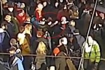 Zloděj strhl dívce značkovou čepici z hlavy a nenápadně odešel, když minulý týden čekala na tramvajové zastávce Hlavní nádraží  v Brně a poslouchala hudbu ve sluchátkách.