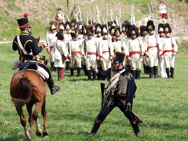 Rekonstrukce bitvy z roku 1805 mezi francouzskými Napoleonovými vojsky a vojáky Ruského impéria a Rakouského císařství, kteří bránili hrad Veveří.