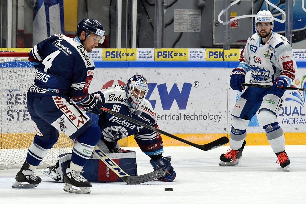 Domácí HC Kometa Brno (Šimon Stránský) v bílém proti HC Vítkovice Ridera (4 Jesse-Ray Dudas a Miroslav Svoboda)