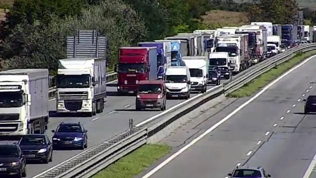 Dopravní nehody a blokování levého jízdního pruhu způsobovaly po celý týden problémy v blízkosti 194. a 196. kilometru dálnice D1 ve směru na Prahu.