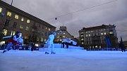 Na brněnském Moravském náměstí si lidé poprvé zabruslili na novém kluzišti.