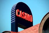 Sedmdesát hracích automatů nebo osm stolů s živými hrami nabízí kasino v Popůvkách. Před týdnem otevřelo v budově, která byla dvacet let nedostavěná. Kromě kasina se v areálu otevře i čtyřhvězdičkový hotel, ale až bude hotová restaurace.