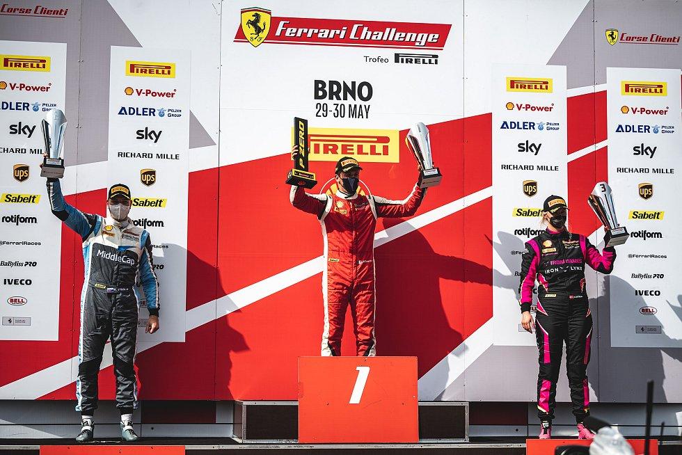 Evropský šampionát Ferrari Challenge na Masarykově okruhu v Brně. 30. května 2021 v Brně. Závod Trofeo Pirelli. Zleva Matúš Výboh SVK, Niccolo Shiro ITA, Michelle Gatting.