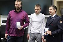 Milan Herzog (vlevo) převzal ocenění Gentleman silnic za sebe i svou kamarádku Pavlu. Předávání ocenění se zúčastnil také zachráněný motorkář Hynek Mádl (uprostřed) a v lednu oceněný hasič Jiří Oharek (vpravo).
