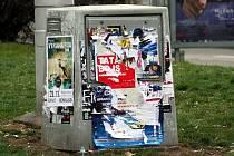 Ilegální výlep plakátů v Brně