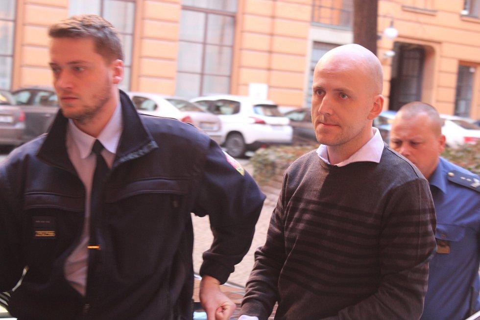 Eskorta přivádí ke Krajskému soudu v Brně šestkrát soudně trestaného Lukáše Frodla, obžalovaného z pokusu o vraždu. Loni v květnu v Brně-Chrlicích srazil úmyslně autem vojáka Richarda Kolegara a způsobil mu vážná poranění hlavy, vykloubení ramene a další