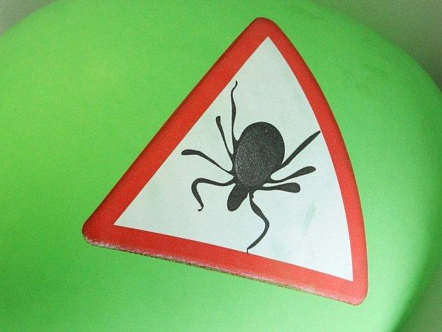 Jak se správně chránit před klíšťaty? Hygienici varují na webu.