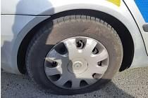 Muž v Bílovicích nad Svitavou na zaparkovaném policejním voze nožem propíchal dvě pneumatiky.