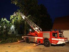 Větrná smršť za sebou zanechala desítky popadaných stromů a dosud nevyčíslené škody. Na místě zasahovalo šest jednotek hasičů.