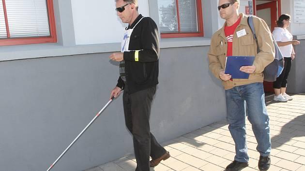 V chůzi po trase vedené v neznámém prostředí závodilo v brněnských Židenicích asi patnáct nevidomých nebo slabozrakých v soutěži TyfloBrno.
