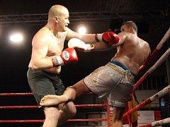 Šestnáct gladiátorských zápasů přinesl čtvrteční první ročník klání RingFight v brněnské hale ve Vodově ulici. Na snímku Vladan Weis (tmavé trenky) a Palo Vaško (bílé trenky).