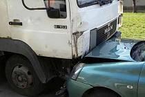 Řídil nákladní auto, za volantem ale dostal infarkt. Při tom řidič naboural do jedenadvaceti zaparkovaných osobních aut. Nehoda se stala v Brně na ulici Krásného ve čtvrtek krátce před půl desátou dopoledne.