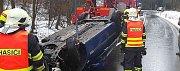 Při havárii osobního auta v sobotu v Tišnově na Brněnsku vůz skončil v místním potoce. Při nehodě se zranila žena.