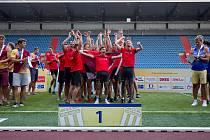 Atleti Univerzity Brno se radují z premiérového triumfu na republikovém šampionátu družstev.