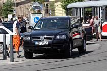 Auto blokuje dopravu v ulici Joštova.