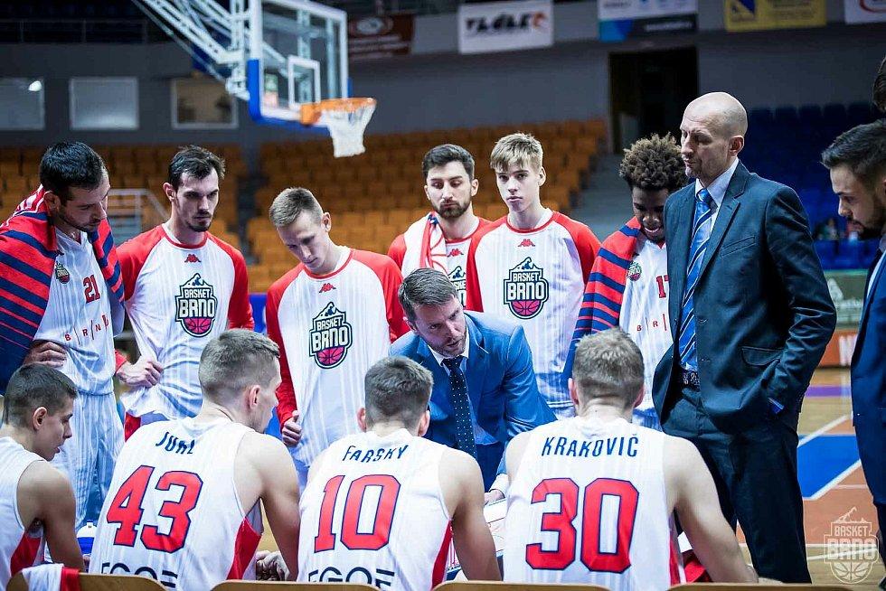 Lubomír Růžička předává svým svěřencům pokyny.