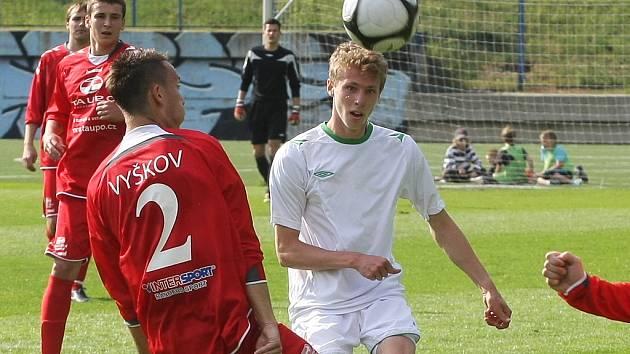 Fotbalisté Bohunic (v bílém) v utkání s Vyškovem.