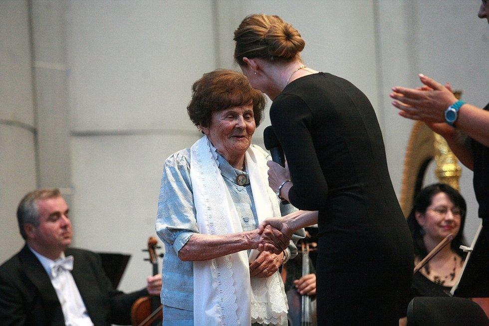 Zahajovací koncert brněnská filharmonie věnovala své čestné člence, světově proslulé varhanici a bývalé rektorce Janáčkovy akademie múzických umění Aleně Veselé k jejím devadesátým narozeninám.