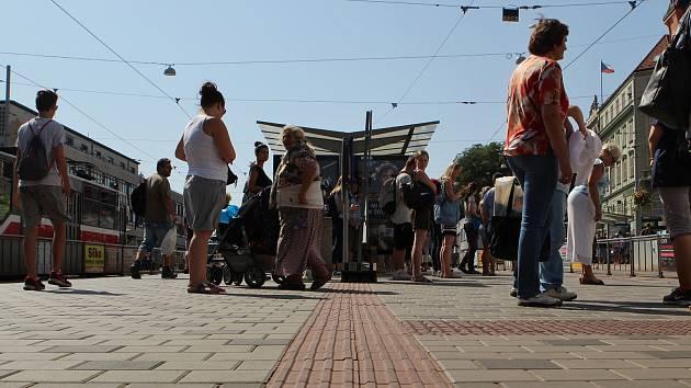 Pruh pro nevidomé na zastávkách před brněnským hlavním nádraží vede přes koše i stojany. Je zapotřebí předláždění.