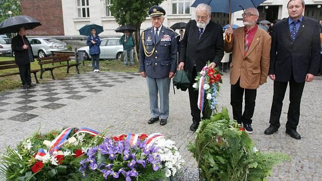 Připomenout si výročí 127. narozenin druhého československého prezidenta Edvarda Beneše přijelo v sobotu osm československých veteránů jednotek RAF a pozemního vojska z druhé světové války, kteří žijí ve Velké Británii.