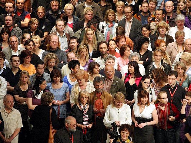 Na pódiu Janáčkova divadla se setkalo 538 pracovníků Národního divadla Brno. Překonali tak vlastní rekord z roku 2008, kdy se jich sešlo o pět méně.