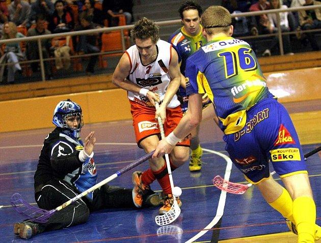 Brněnští Bulldogs (ve světlém Jan Valčík) chtějí na největším florbalovém turnaji na světě potrápit favorizované týmy ze Skandinávie.