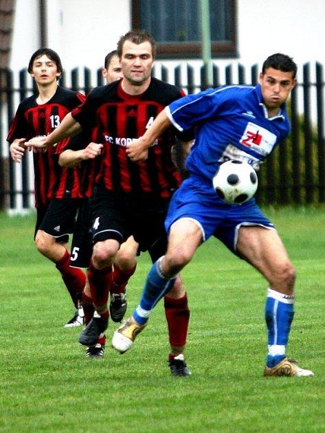 Fotbalisté Rosic (v modrém) slaví postup.