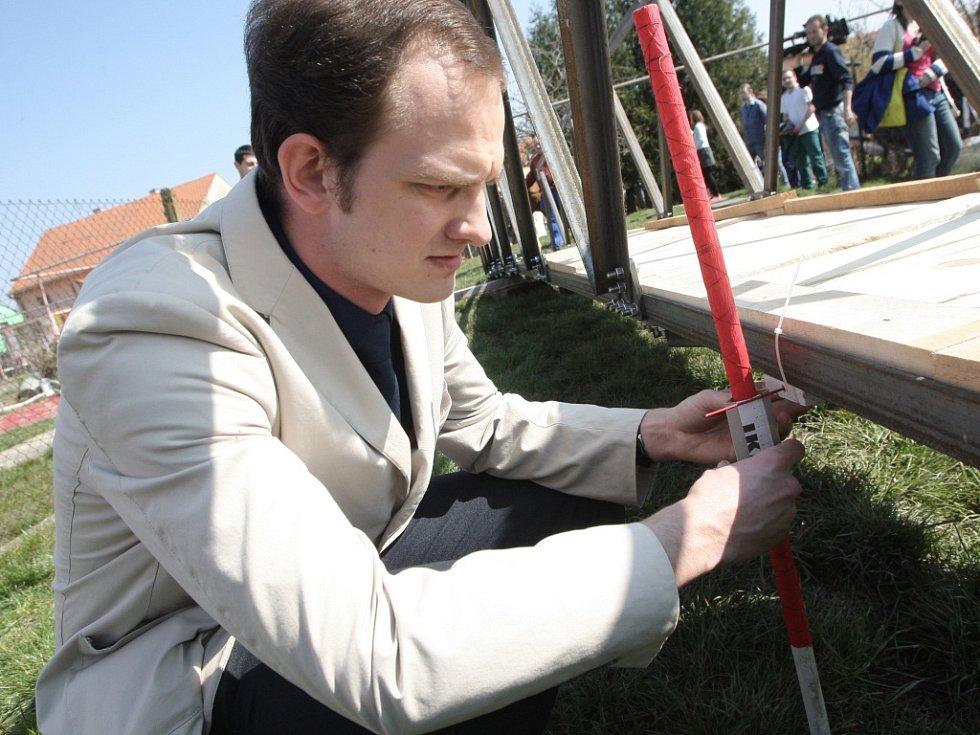 Most pro albánskou vesnici prověřil kůň Cita.