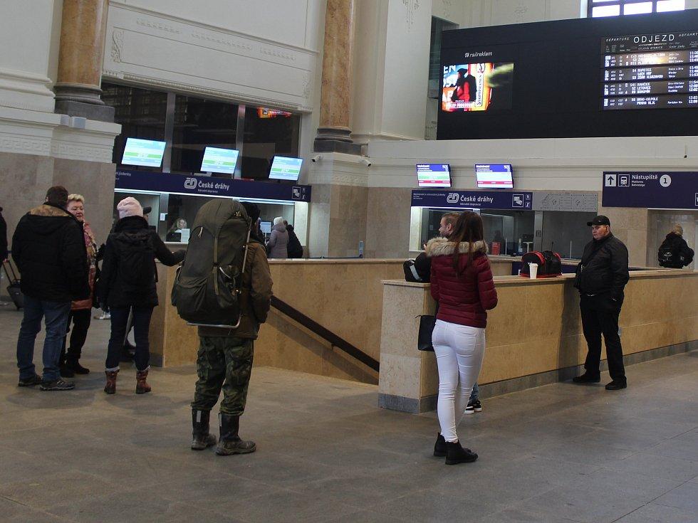 V odbavovací hale hlavního nádraží v Brně si už nesednou cestující, kteří tam čekají na vlak. Musejí se spokojit s malou dočasnou čekárnou a počkat si, až pro ně České dráhy vybudují odpočinkovou zónu.