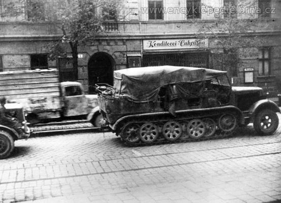 Ústup Němců Palackého třídou v Králově Poli (25. duben 1945). Foto Otakar Rybák.