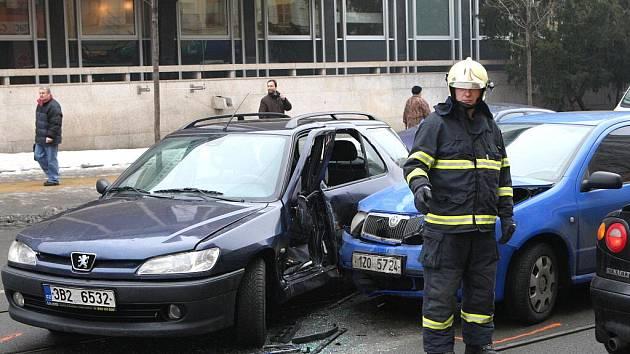 Nehoda dvou osobních aut v Rooseveltově ulici v Brně komplikovala dopravu.