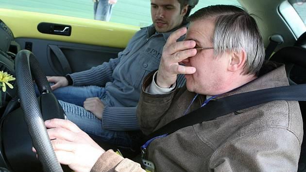 Nevidomí řidiči zkoušeli jízdu po brněnském Masarykově okruhu.
